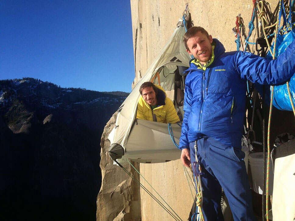 Alpinistas sem equipamentos escalam uma das rotas mais perigosas do mundo