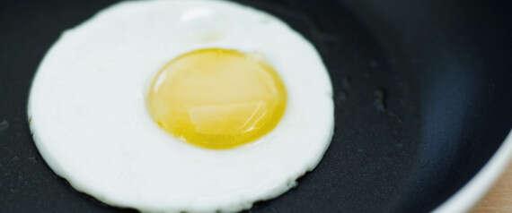 Aprenda como fazer ovo frito perfeitamente redondo