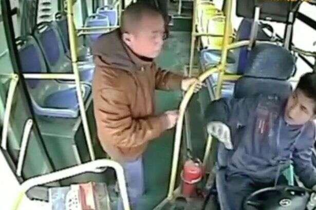 Passageiro furioso por não conseguir descer de ônibus, perde a cabeça e estrangula motorista
