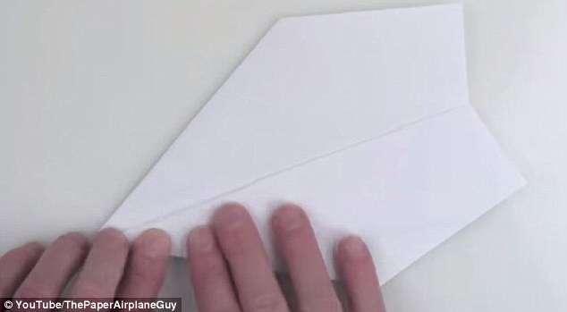 Recordista mundial revela segredo aerodinâmico para construir avião de papel perfeito