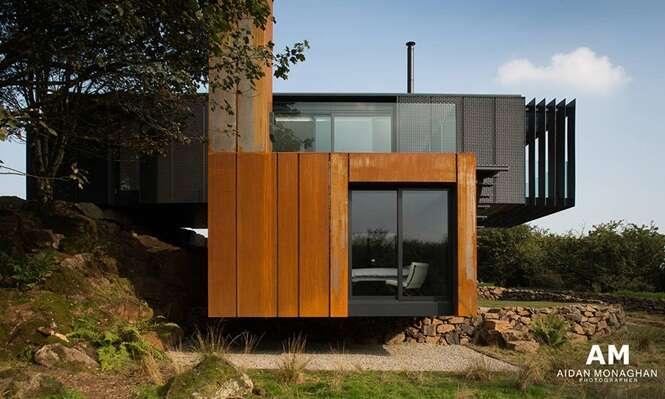 Arquitetura construída em fazenda feita com com containers deixa local moderno e com estilo