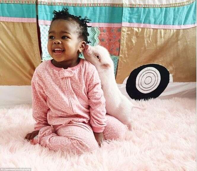 Amizade entre menina e porquinho de estimação faz enorme sucesso nas redes sociais
