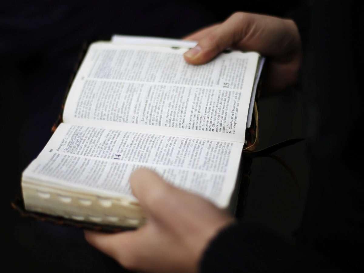 Conheça o ateu que ganha dinheiro vendendo Bíblias para iPhone