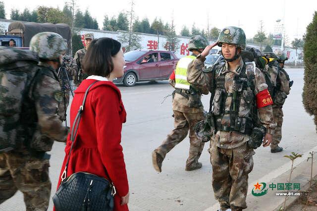 Mulher reencontra marido soldado que não via desde o casamento