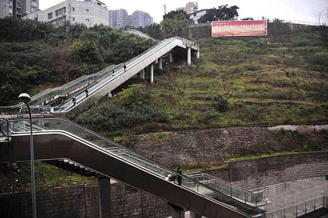 Escada rolante construída em colina por governo causa polêmica na China