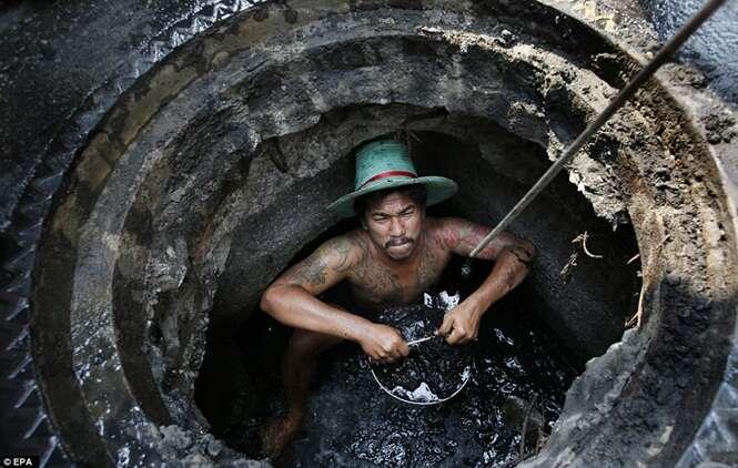 Conheça os homens que trabalham usando apenas as mãos para limpar fezes de esgoto