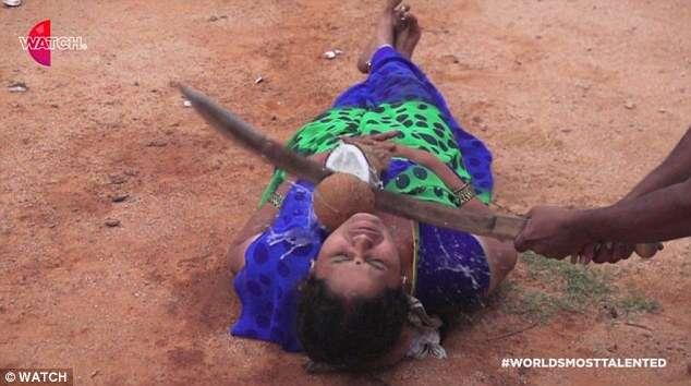 Marido corta coco no pescoço de mulher