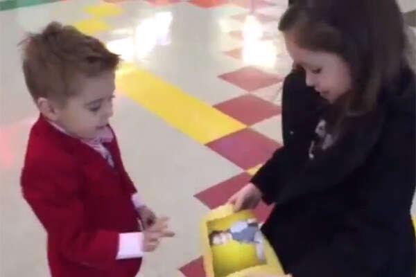 Menino de 4 anos faz elegante pedido de namoro a sua amada
