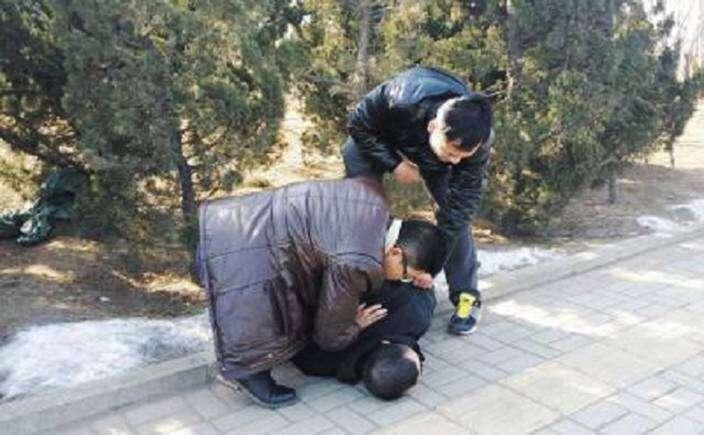 Homem sequestra mulher para fingir ser casado para seus pais
