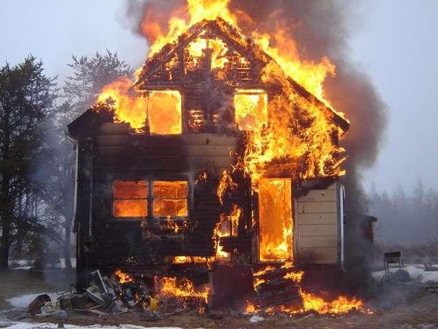 Mulher se recusa deixar casa em chamas porque estava muito frio fora da residência