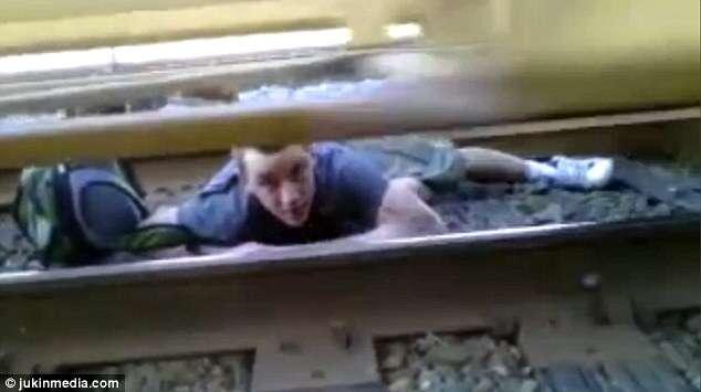 Vídeo de homem preso sobre linha de trem enquanto locomotiva passava sobre seu corpo faz sucesso na web