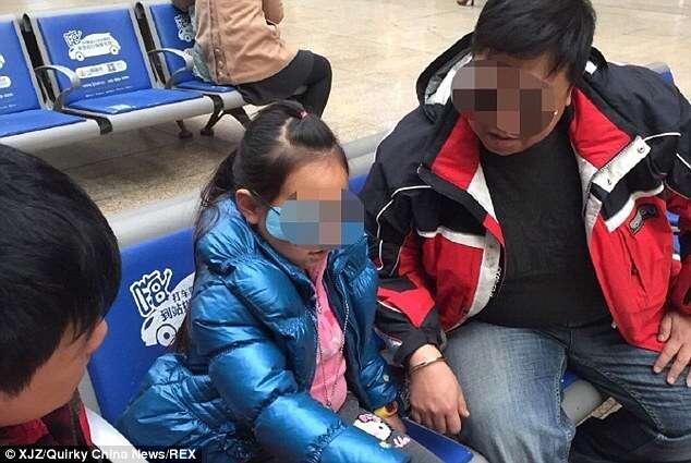 Pai algema filha a si com medo de que criança fosse sequestrada em viagem