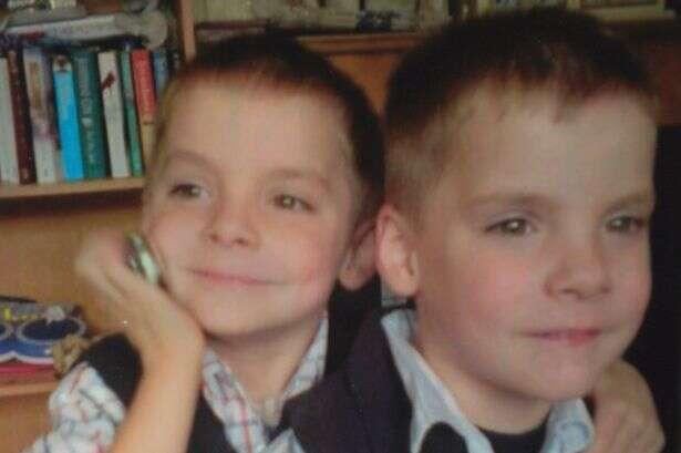 Menino sente que irmão gêmeo está em perigo momentos antes de polícia visita-lo para dizer sobre morte da criança