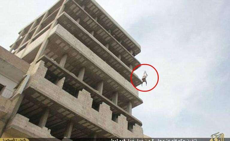 Homem sobrevive ao ser jogado do 7º andar de prédio por ser gay mas morre apedrejado por multidão