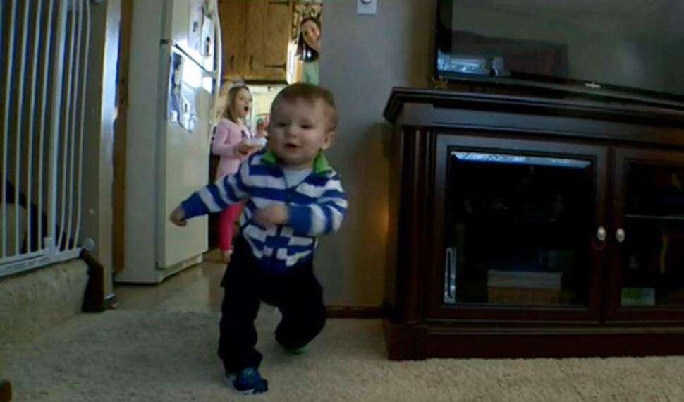 Criança caminha após ter perna amputada