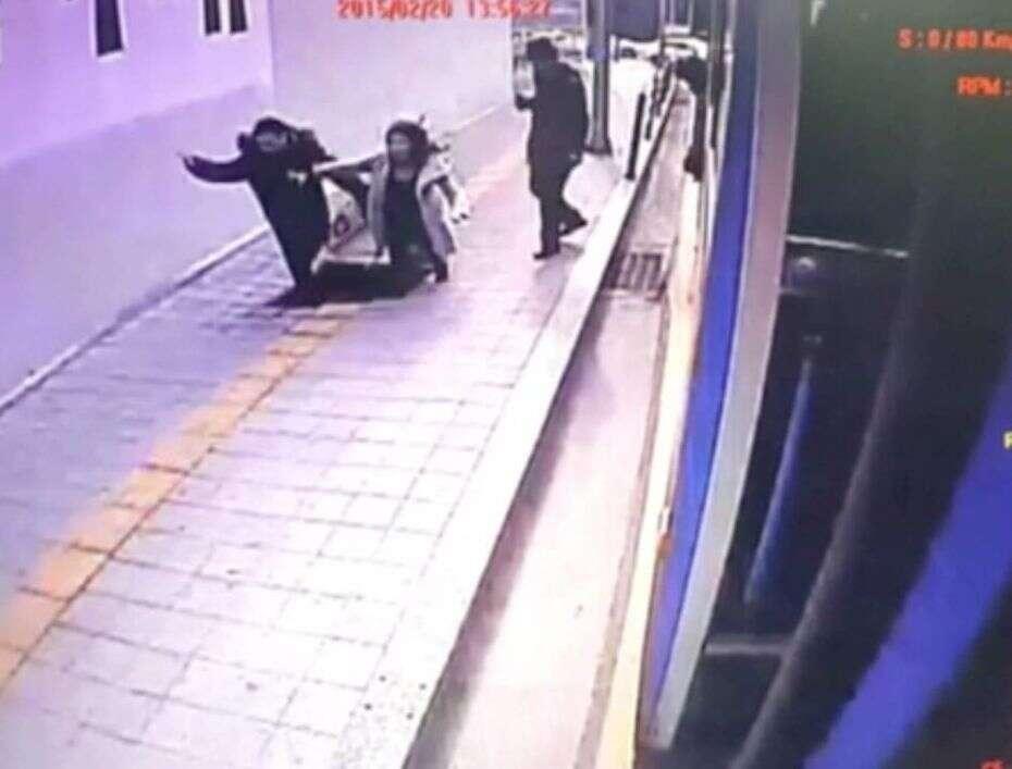 Vídeo flagra momento em que casal é engolido por buraco gigante