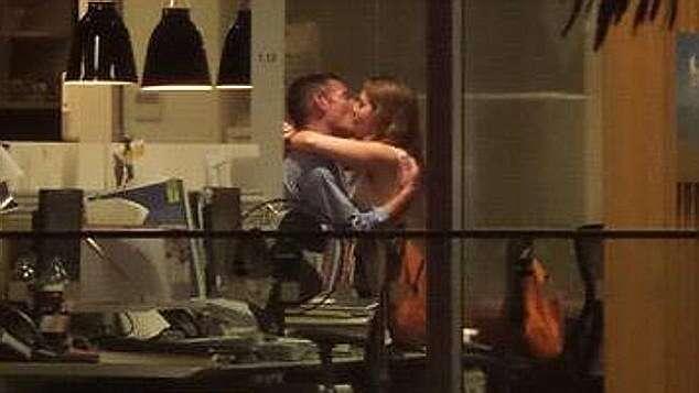 Esposa assisti pelo Facebook vídeo de traição do marido tendo relação íntima com colega de trabalho em escritório
