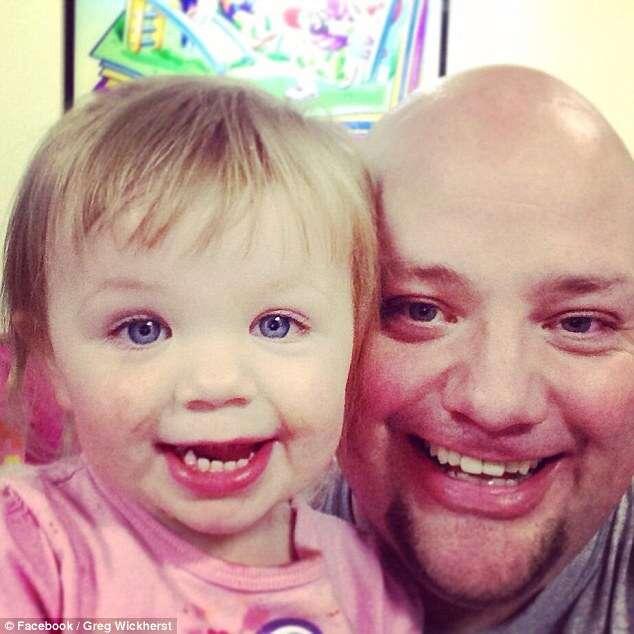 Pai solteiro se torna sensação no Facebook após se tornar cabeleireiro profissional e criar penteados para sua filha