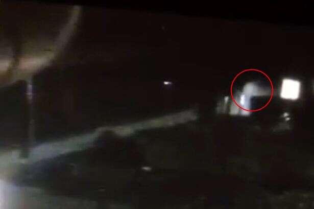 Vídeo flagra fantasma vagando no quintal de casa mal-assombrada