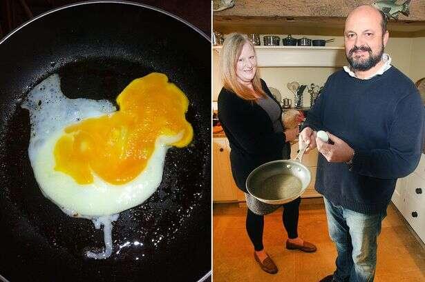 Homem encontra imagem de galinha quando fritava ovo em frigideira