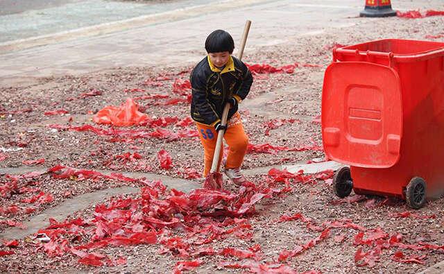 Imagens de menino varrendo frente de casa para ajudar mãe doente causa comoção na web