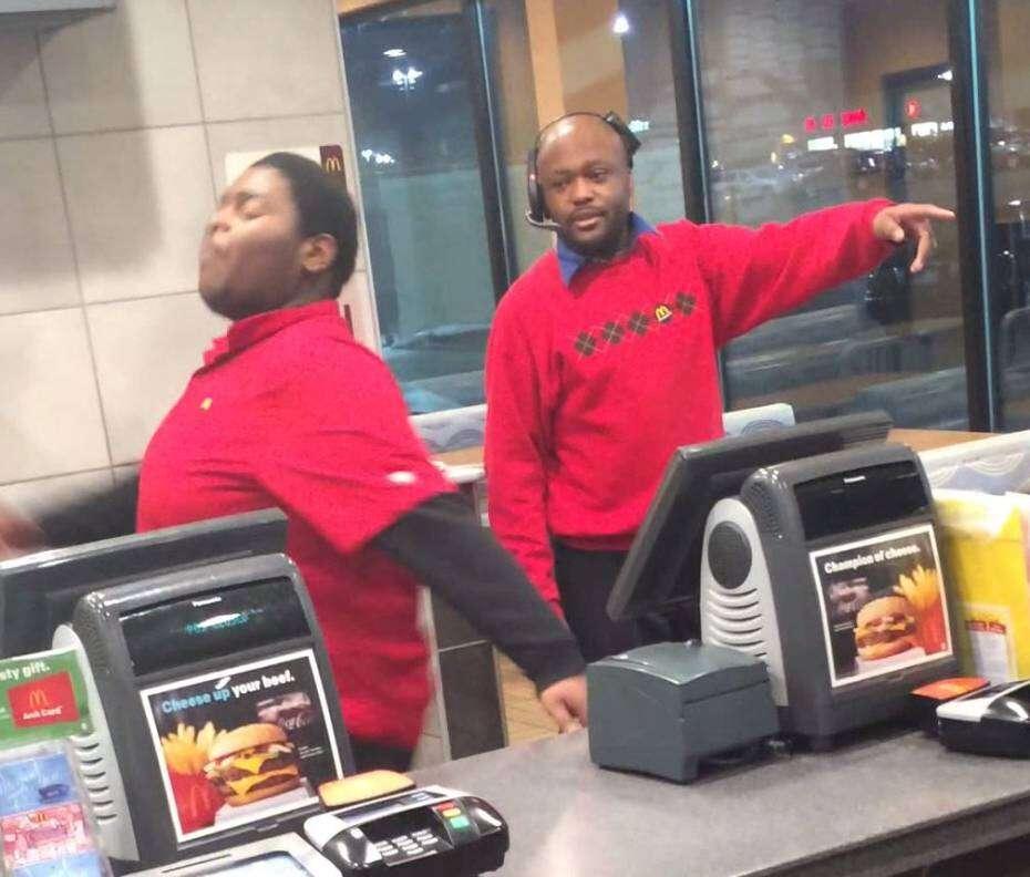 Funcionário de McDonald's é flagrado no momento em que destrói restaurante