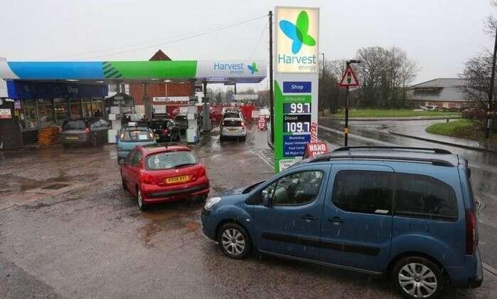 Preço da gasolina fica abaixo de 1 libra na Inglaterra e gera filas nos postos