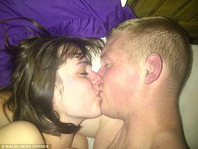 Namorada encontra selfie de parceiro nu, com outra em sua cama