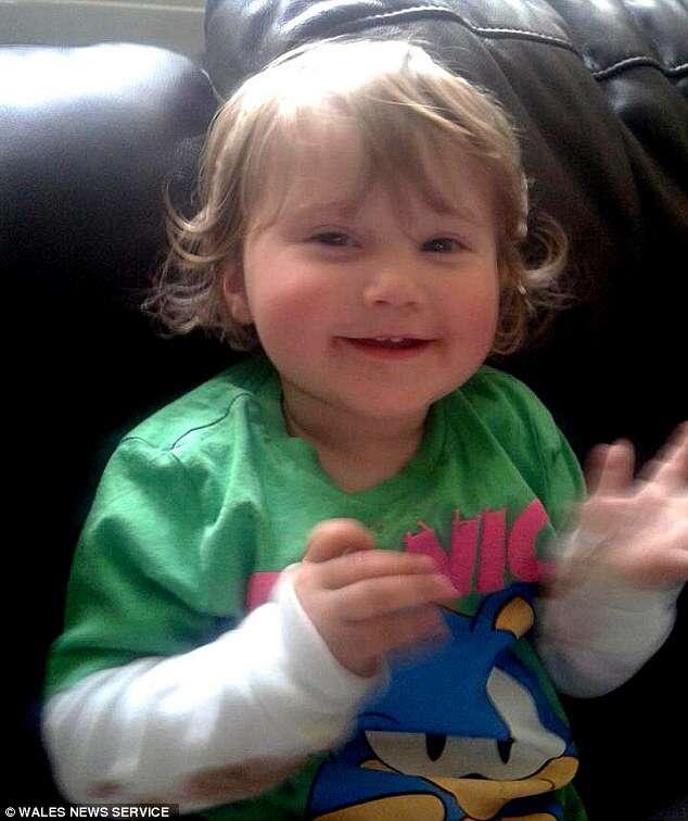 Bebê milagrosamente escapa após carro da família se acidentar e matar todos os outros passageiros