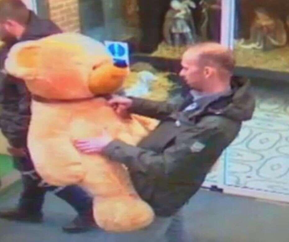 Ladrão revela seu lado bondoso ao devolver urso de pelúcia roubado