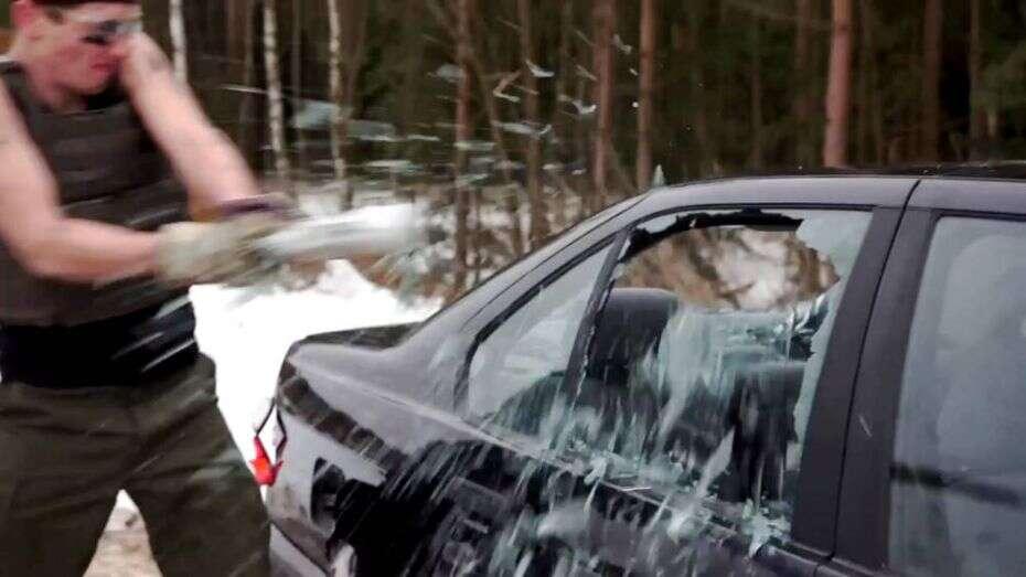 Mulher destrói carro que comprou para o namorado