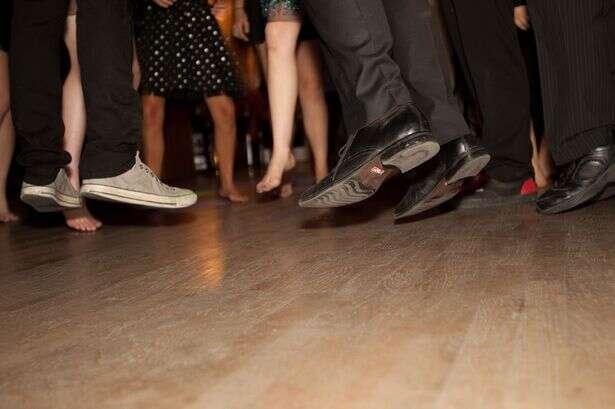 Polícia prende homens por comportamento inadequado após encontra-los apenas dançando