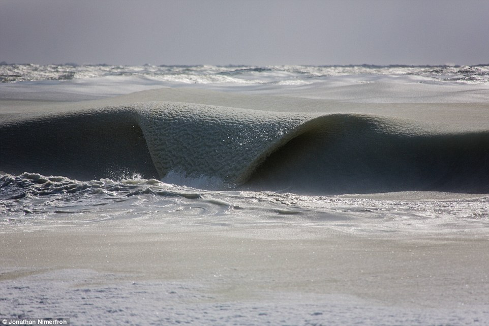 Imagens mostram ondas congeladas devido ao frio