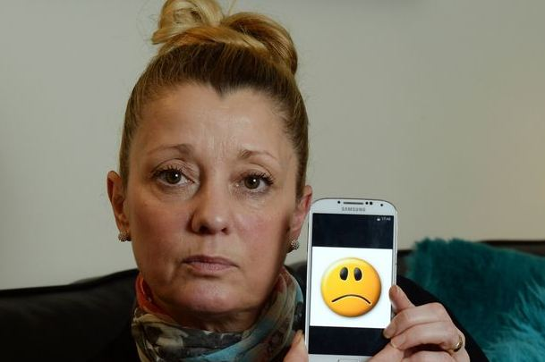 Mulher recebe conta de quase R$ 4 mil por usar emojis em excesso