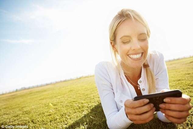 """Pessoas que enviam """"carinhas"""" em mensagem de texto têm mais relação íntima, diz pesquisa"""