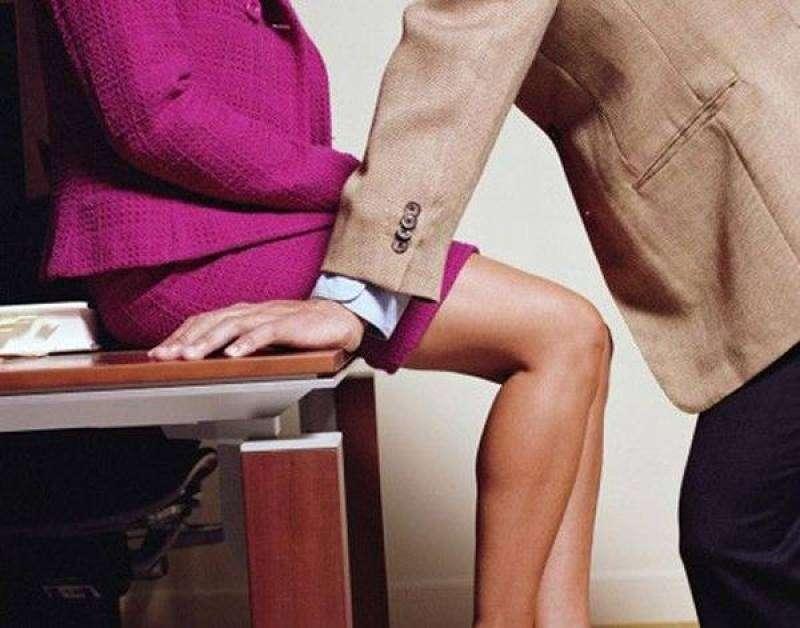 Apalpar seios de mulher no local de trabalho não é crime, decide tribunal