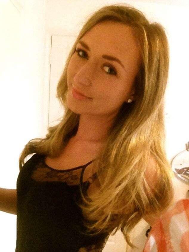 Mulher de 22 anos que frequentemente namora homens mais velhos e ricos afirma que não vê nada errado no que faz