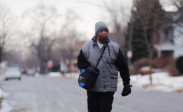 Conheça o homem que anda 32 km a pé para trabalhar todos os dias