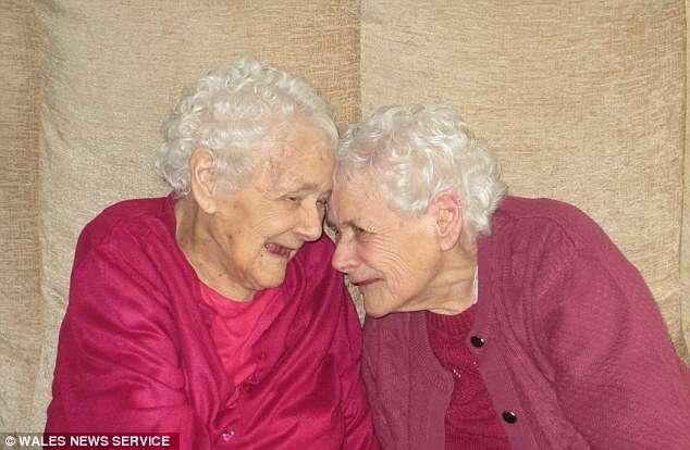 Mais velhas gêmeas idênticas