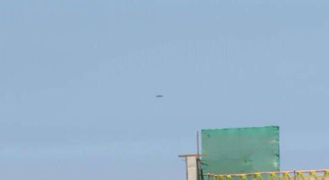 Programa de TV é interrompido ao vivo após disco voador aparecer no céu