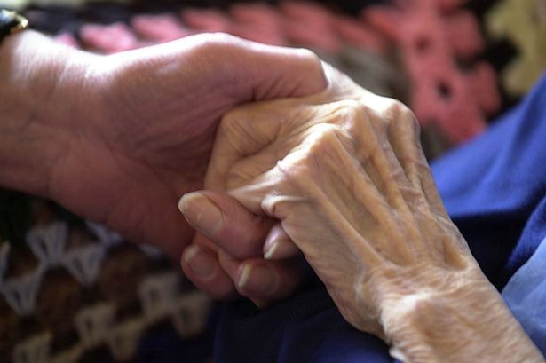 Primos que se ajudavam durante 40 anos pelo fato de um ser surdo e outra cega morrem de mãos dadas em clínica