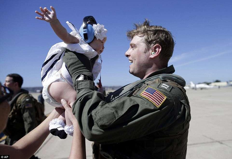 Imagens mostram momento em que oficial da marinha conhece sua filha bebê