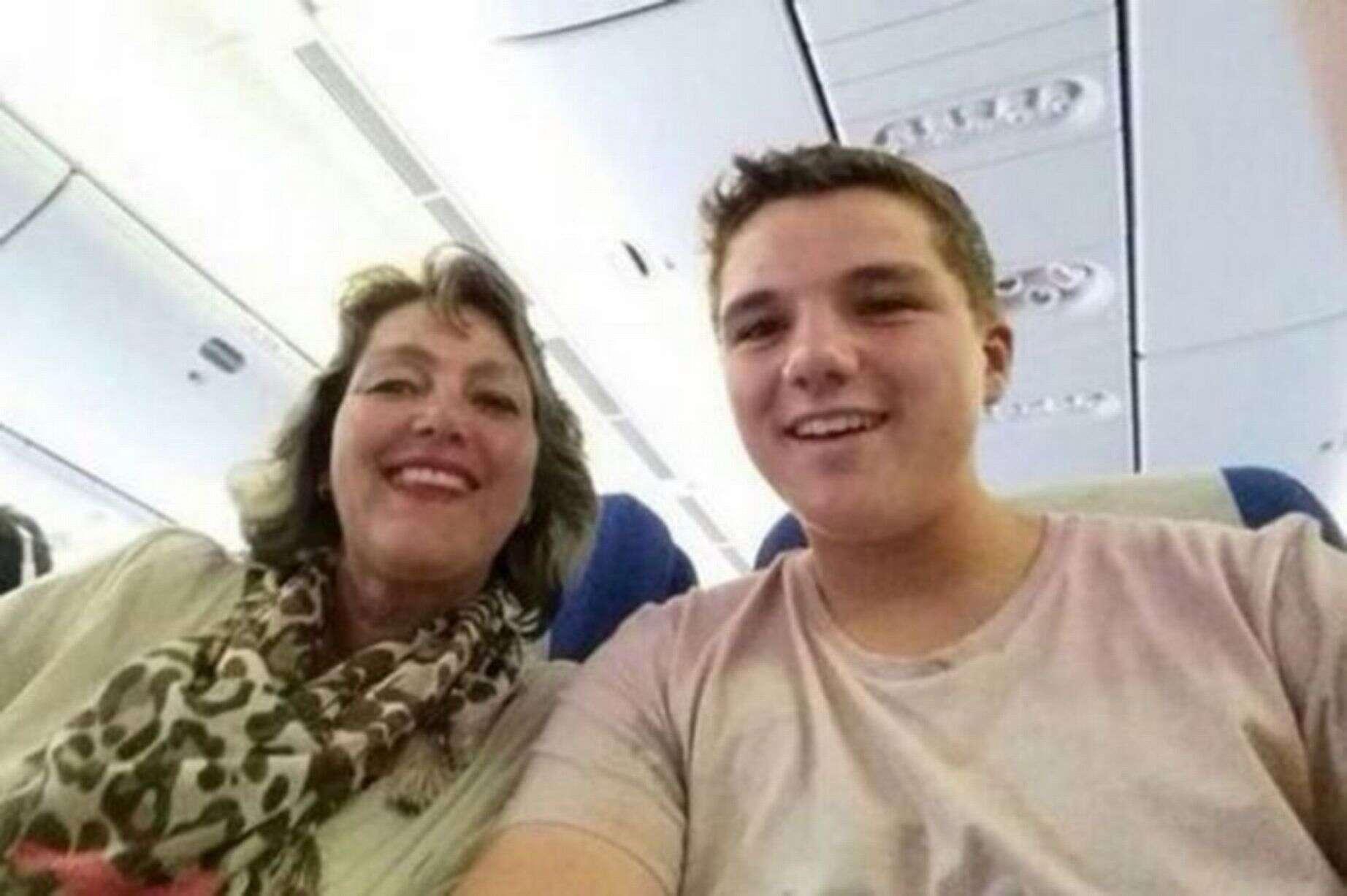 Goleiro holandês Gary Slok enviou uma selfie dele e de sua mãe para amigos da escola
