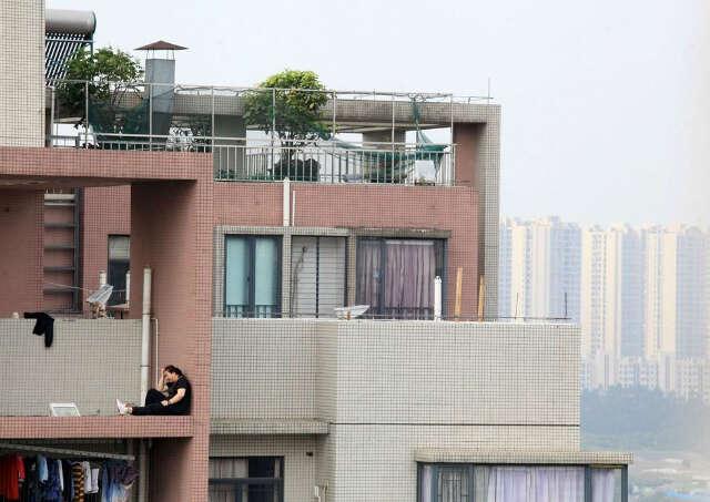 Mulher é flagrada no momento em que se preparava para saltar do 19º andar de prédio