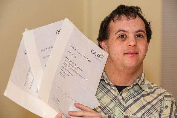 Jovem com síndrome de down recebe 3 ofertas de emprego após madrasta criar campanha em busca de trabalho