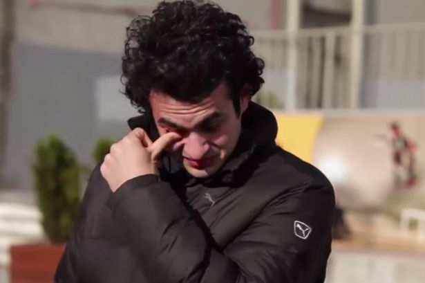 Surdo é surpreendido ao perceber que todos os moradores de seu bairro aprenderam língua de sinais para falar com ele
