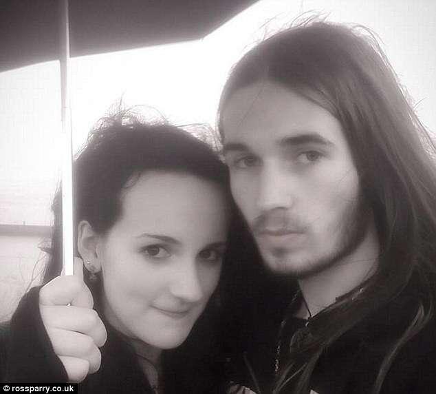 Adolescente é morta pelo próprio tio após sombrinha que usava se prender em fenda de parede