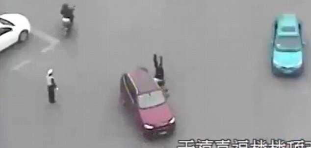 Vídeo chocante mostra momento em que policial é arrastado e morto por homem em carro