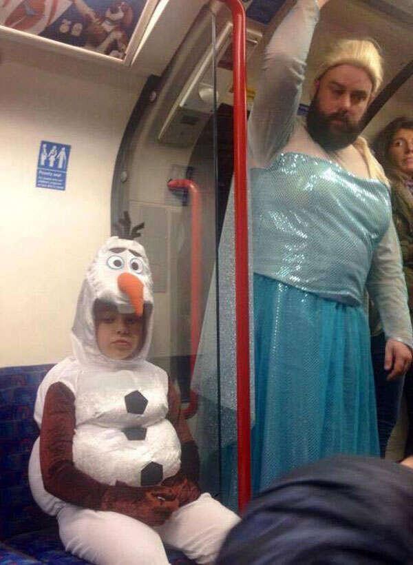 Tatuador se veste de princesa Elsa para cantar com filha em festa