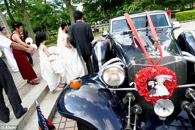 Noiva para carro a caminho do casamento para poder ir ao banheiro e futuro marido a esquece na estrada
